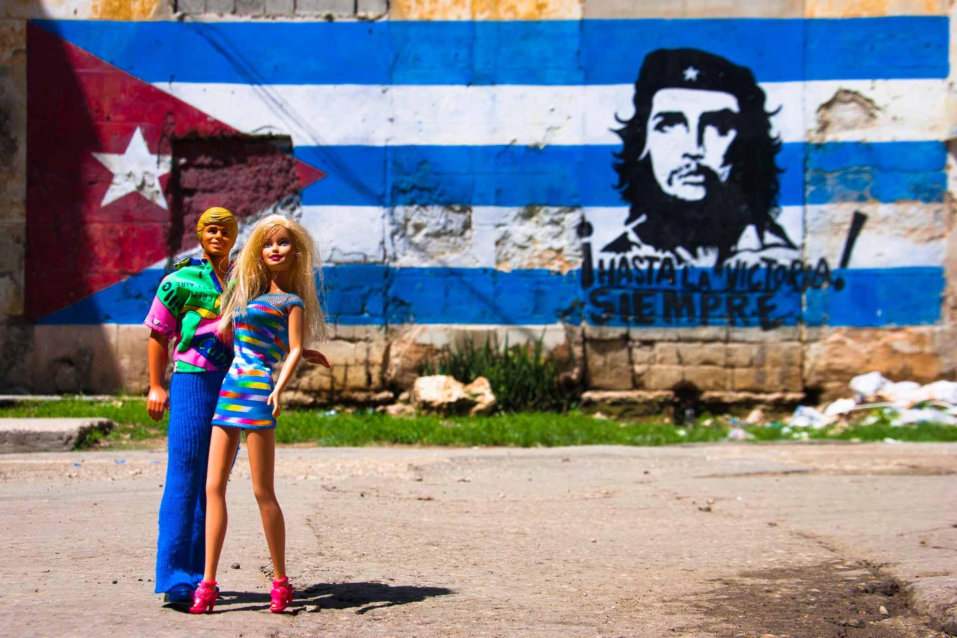 Barbie Around the World Che Guevara Selfie, havana, cuba, pescart, photo blog, travel blog, blog, photo travel blog, enrico pescantini, pescantini