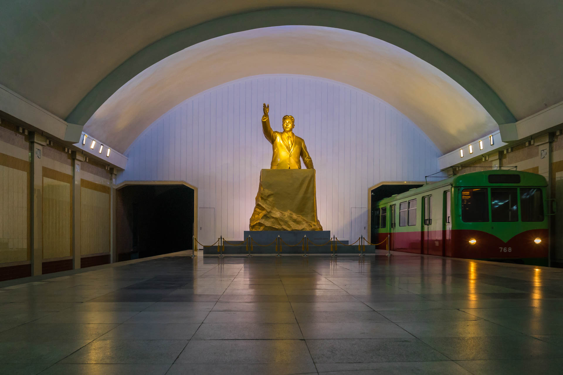 A Red Superhero in North Korea Enrico Pescantini pyongyang subway metro 4