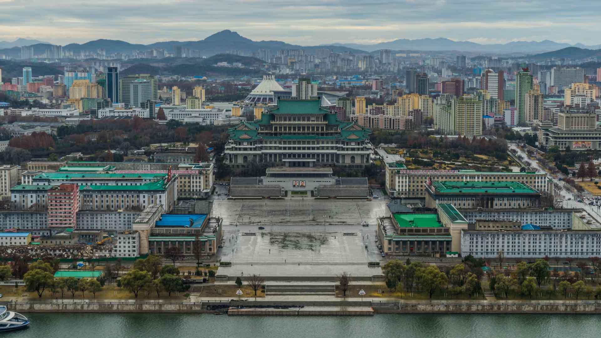 A Red Superhero in North Korea Enrico Pescantini pyongyang Kim Il-sung Square 2