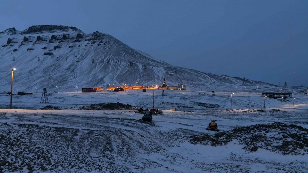svalbard longyearbyen blue light
